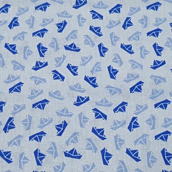 Tela Algodón Barquitos de Papel - Tela de algodón con dibujos de barquitos de papel donde predominan los colores azules. Una tela de algodón de temática marinera. La tela mide 150cm de ancho y su composición 100% algodón.