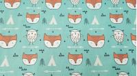 Tela Algodón Buhos y Zorros - Tela de algodón infantil de temática tiendas tipi, con dibujos de zorros, buhos, flechas, triángulos y tiendas tipi, sobre un fondo verde mar. La tela mide 150cm de ancho y su composición 100% algodón