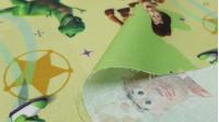 Tela Algodón Disney Toy Story - Tela de algodón infantil Disney de Toy Story. Aparecen los personajes Woody, Buzz, Mr.Potato... sobre un fondo donde predominan los colores amarillo claro y verde. La tela mide 150cm de ancho y su composición 100% al