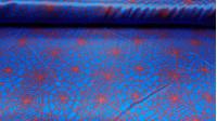 Tela Raso Telaraña Spiderman - Tejido de raso, brillante por una cara y con bastante caída. Estampado con telarañas rojas sobre fondo azul. Ideal para disfraz de Spiderman.