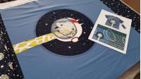 Tela Panel Jersey Algodón Jirafa Astronauta - Panel dejersey algodón diseñado porBIPP Design® en el que hay 3diseños en la misma pieza con dibujos de jirafas astronautas y estrellas. En este panel podemos apreciar la parte delantera, la parte trasera y